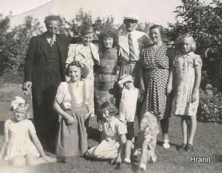 Fam Christensen og Köster i haven.